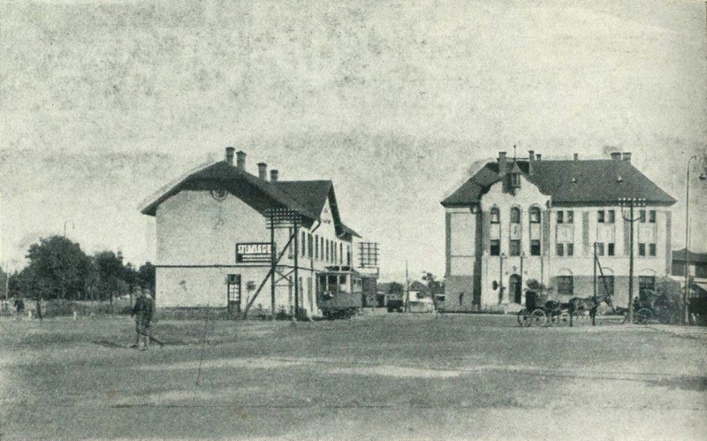 Az AEGV felvételi épülete, előtte helyi járatú motoroskocsi