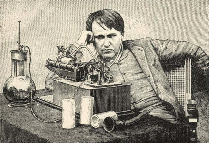 Edison elektromos fonográfja előtt